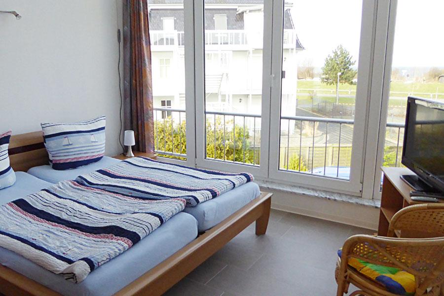 Ferienwohnung in Börgerende Schlafzimmer mit Blick nach außen